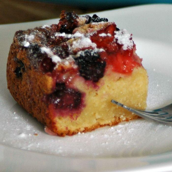Yoghurtcake met citroen en zomerfruit