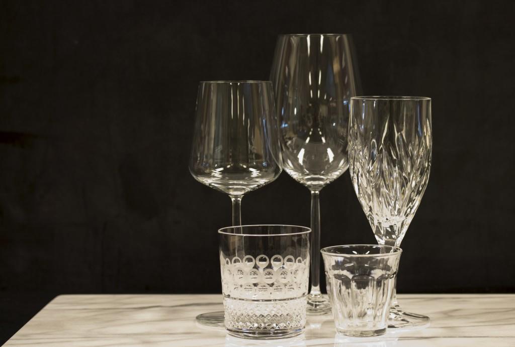 Verschillende soorten glas, kristal en kristalglas.