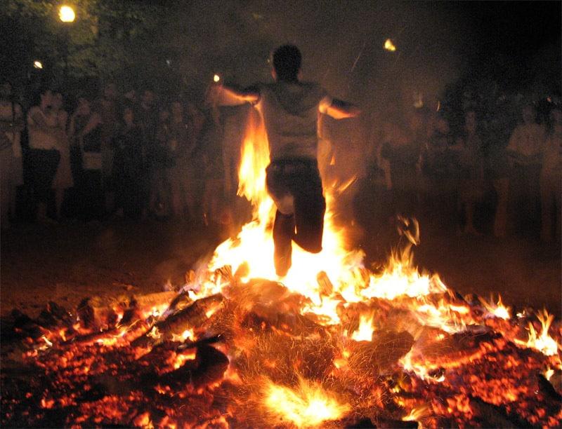 Ateş üzerinden atlayan insan