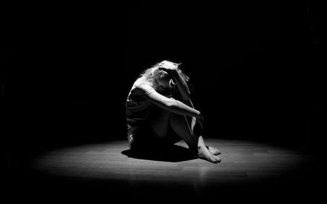 karanlığın ortasında oturan kadın