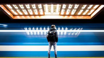 metro istasyonunda duran erkek