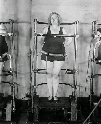 eski fitness aleti kullanan kadın