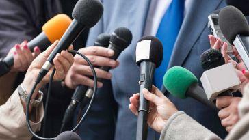 gazeteciler mikrofon uzatıyor