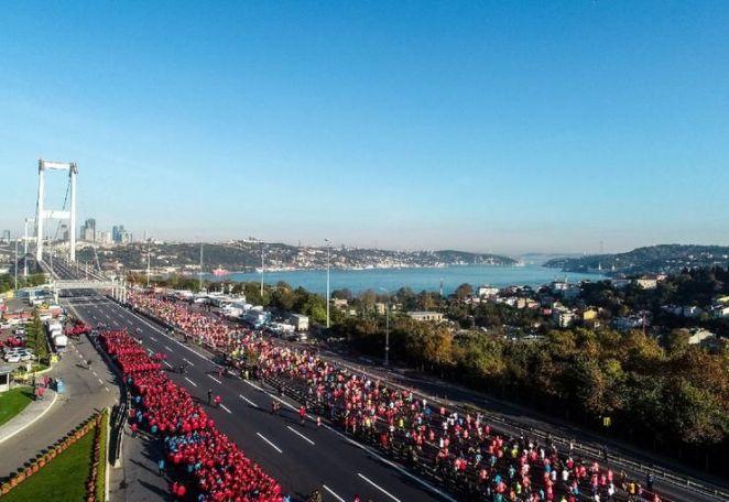istanbul maratonu boğaz köprüsü üzerinde koşucular