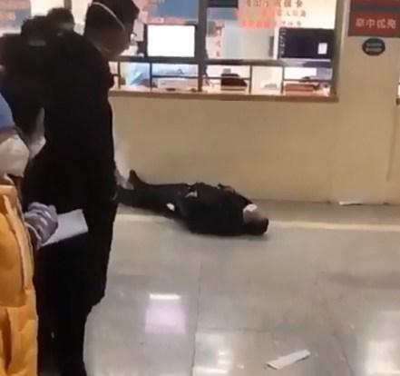 Wuhan'da Corona Virüsü Kapan İnsanlar Kanlar İçinde Düşüyor (+18)