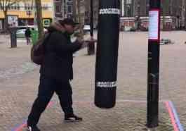 Hollanda, Koranavirüsün Daha Fazla İnsana Bulaşması İçin Her Yeri Kum Torbalarıyla Çevirdi