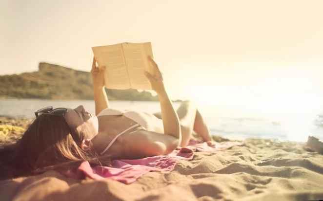 Güneşlenirken Kitap Okuyan Kadın