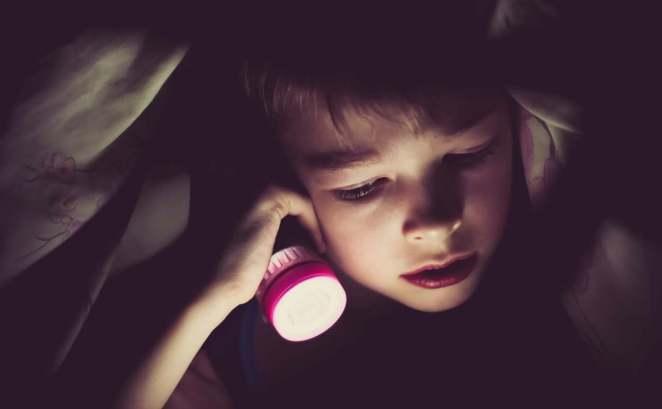 gece kitap okuyan çocuk