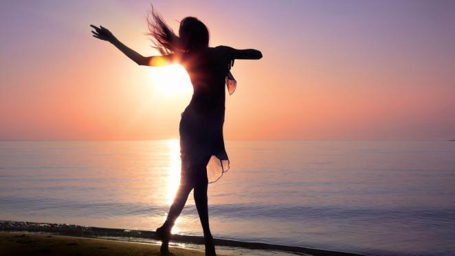 sahilde dans eden kadın