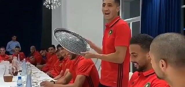 فيصل فجر يغني بالأمازيغية أمام لاعبي المنتخب المغربي