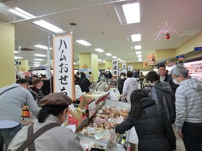 食品売り場は大賑わい