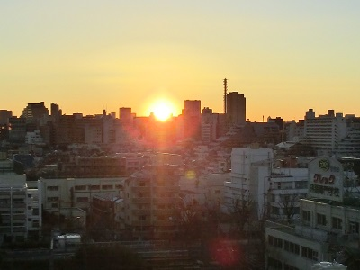 輝かしい朝日(2月1日日の出、東京新宿区)
