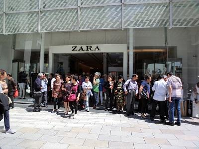 ZARAも観光客で溢れていた・・・
