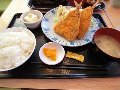 熱々のアジフライ定食を食べた(東名・鮎沢PA)