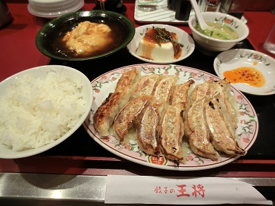 夕食は王将の餃子定食(名神・多賀SA)