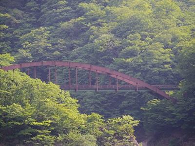 ちょっと離れた山裾に何やら古びた鉄橋が・・・