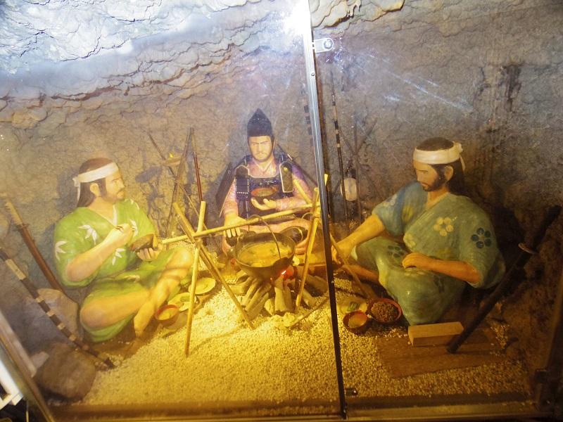 源義経腹心の家来、源有綱は壇ノ浦の戦いの後、頼朝軍に追われ、この洞窟に隠れ住んでいた