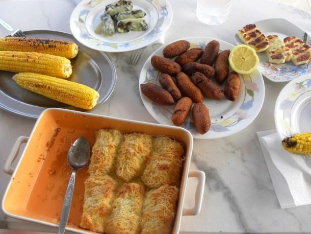 κούπες, τυρόπιτα, ντολμάδες, καλαμπόκι εικόνα