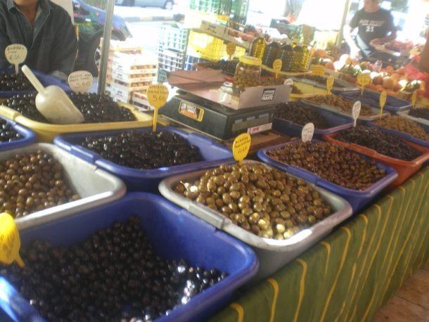 ποικιλία ελιών σε λαϊκές αγορές εικόνα
