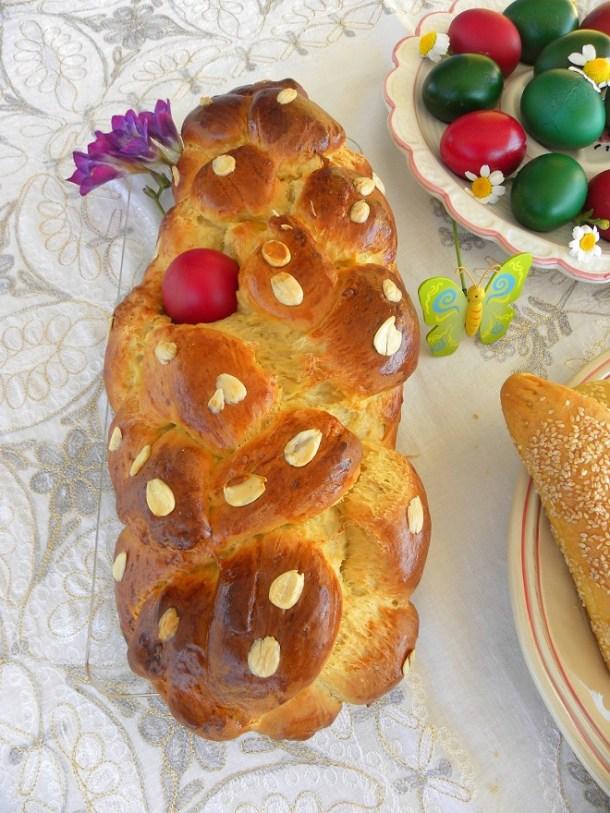 Κολάζ Τσουρέκι με γέμιση με μαρμελάδα φωτογραφία