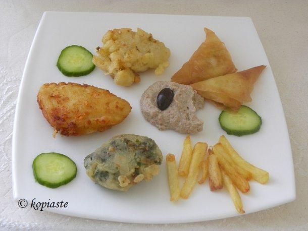 πιάτο με μπακαλιάρο και διάφορα άλλα εικόνα