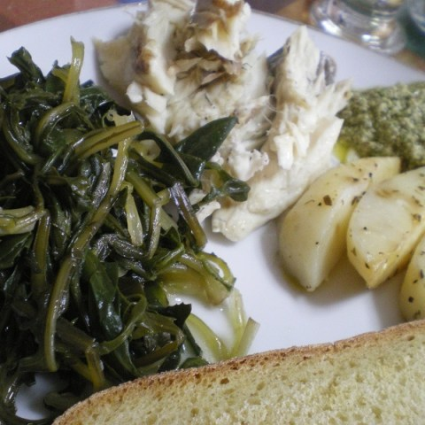 Λαυράκι με πατάτες στη Λαδόκολλα, Σταμναγκάθι και Ελληνικό Πέστο Ρίγανης