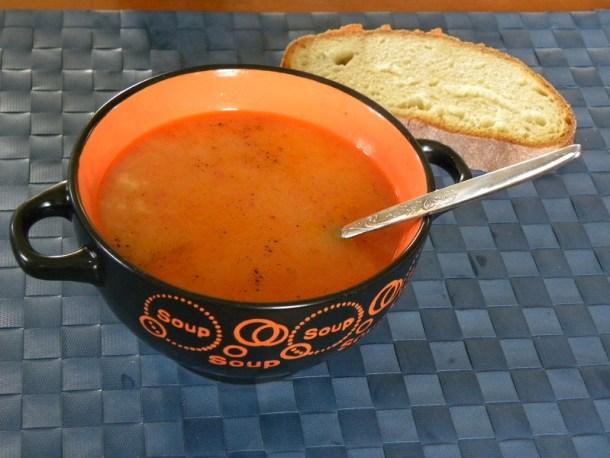 Σούπα τραχανάς με ντομάτα και χαλλούμι εικόνα