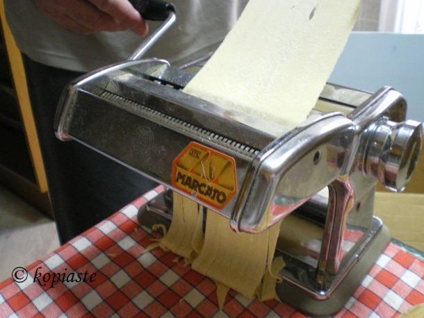 φύλλο με τη μηχανή των ζυμαρικών εικόνα