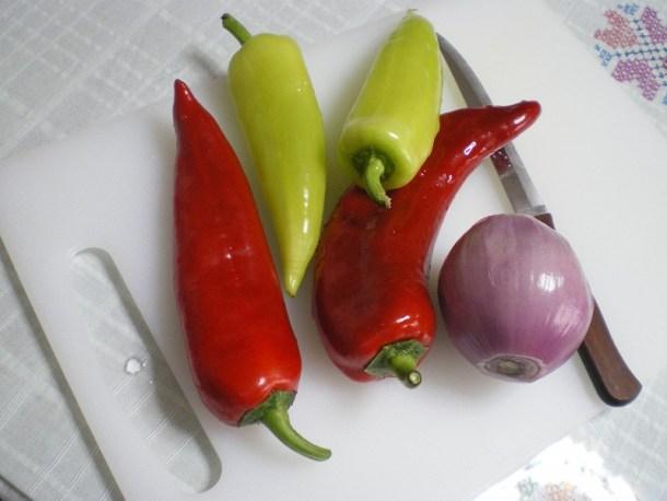 κόκκινες και πράσινες πιπεριές εικόνα