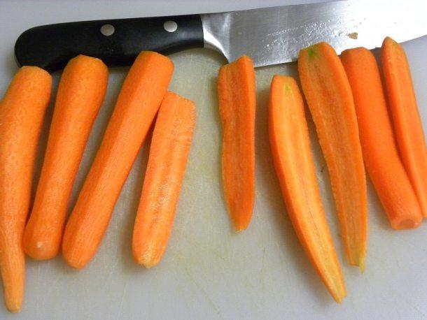 Καθαρισμένα και κομμένα καρότα