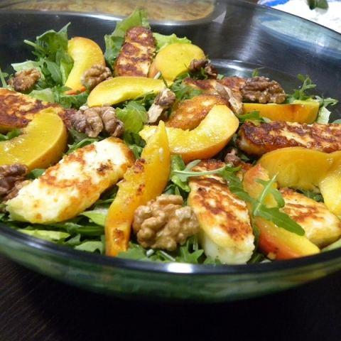 Σαλάτα Ρόκας, με Χαλλούμι, Καρύδια και Καλοκαιρινά Φρούτα