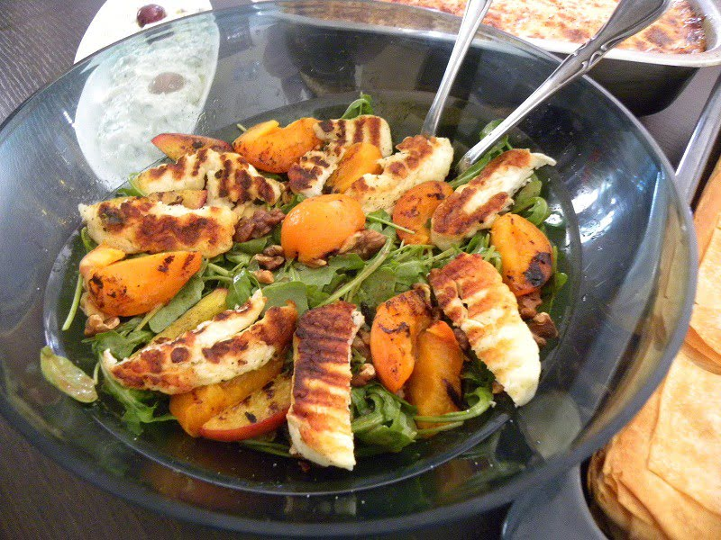 Rocket salad with halloumi and peaches image