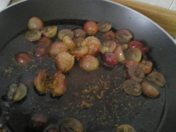 Poaching grapes image