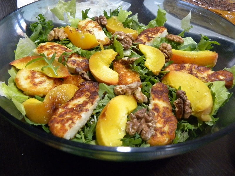 Rocket, peach and halloumi salad image