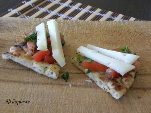 Πίτα τσιπς με Ντομάτα, Βασιλικό και Γραβιέρα
