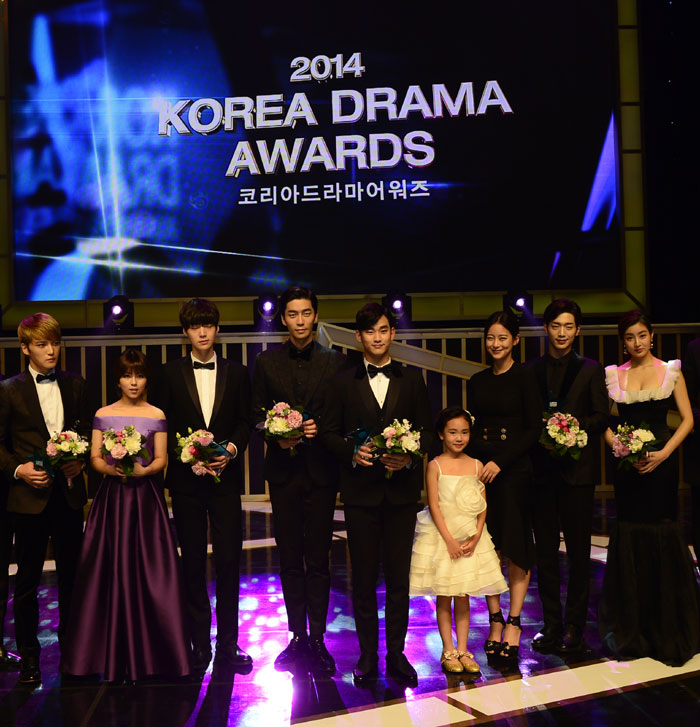 "Winners pose for a picture during the Korea Drama Awards 2014, which took place on October 1 at the Gyongnam Culture & Art Center in Jinju. Kim Soo-hyun, who played the lead male role in ""My Love From the Star,"" won the grand prize. (From left) Kim Jae-joong, Do-hee, Ahn Jae-hyun, Shin Sung-rok, Kim Soo-hyun, Kim Ji-young, Oh Yeon-seo, Seo Kang-joon and Kang So-ra."