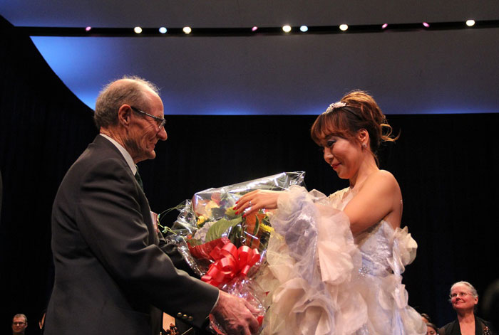 Soprano Sumi Jo (right) receives a wreath from William Black, a Korean War veteran who serves as president of the National Capital Unit 7 in Ottawa.