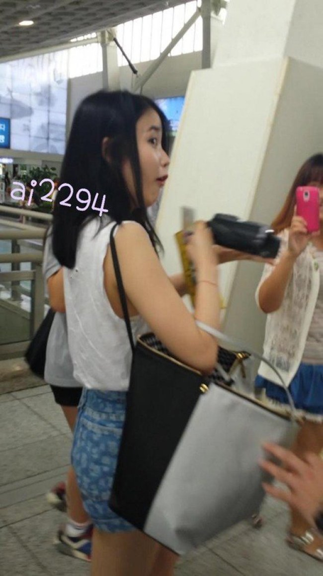 Image: IU's reaction when a fan tells her that her ID is showing