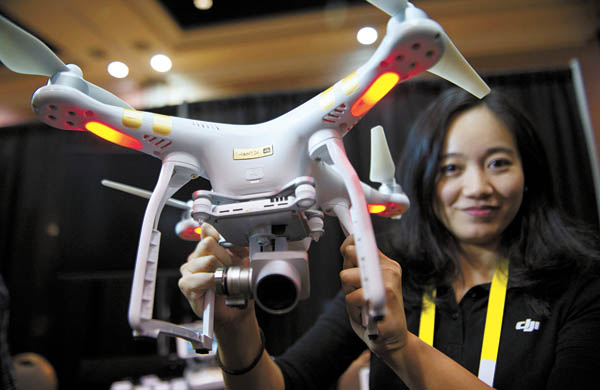 A company official displays DJI's Phantom 3 4K drone helicopter. [NEWSIS]