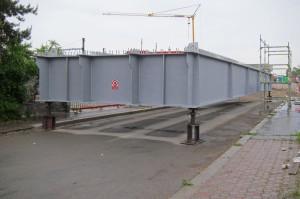 Praha-Hostivař - spouštění mostu přes Průmyslovou 22.5.2015