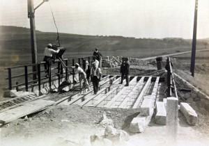 Stavba mostu - trať 220, km 130,4 - 130,5 (rok 1919-21)