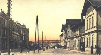 Obr. č. 18 Na dobové pohlednici s budějovickým nádražím vidíme v pozadí část mostu přes nádražní kolejiště a Nákladní třídu. Za ním můžeme ještě zahlédnout zděné průčelí jinak dřevěného skladiště zboží KFJB.