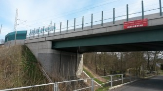 Most přes Hrádecký potok - místním kreativním umělcům svrběli ruce jen krátce