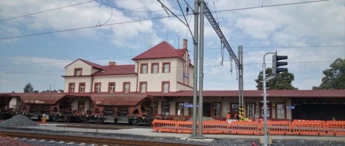 Nádražní budova prošla rekonstrukcí již v minulých letech. V současné době probíhá u přiléhajících staničních kolejí štěrkování. (Autor: Karel Havránek, koridory.cz)