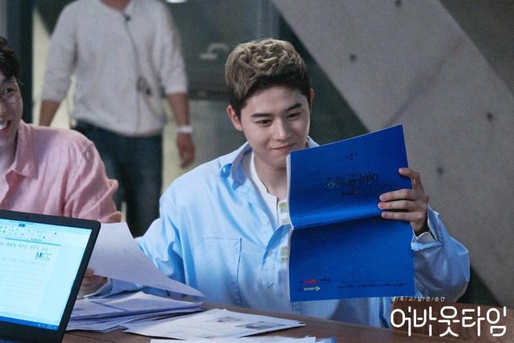 """คิมดงจุน ระหว่างเตรียมตัวเข้าฉากในละคร """"About Time"""" ช่อง tvN"""