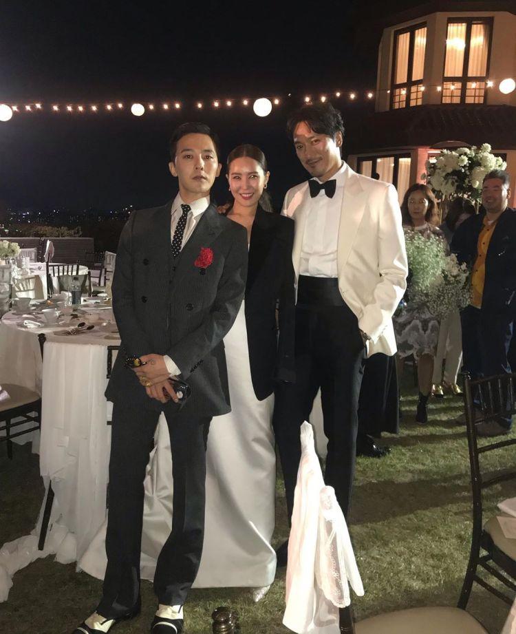 ภาพ จีดรากอน ในงานแต่งงานของพี่สาวของเขา ดามิ ควอน และ คิมมินจุน