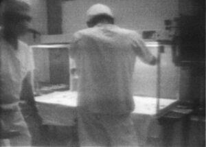 Originální záznamy průběhu manipulace a analýzy kamery Surveryoru 3 dopravené z Měsíce ukazují na to, že podmínky neodpovídaly současným standardům (zdroj John Rummel/NASA)