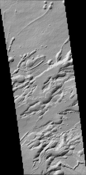 25 kilometrů široký pruh složených snímků z kamery CaSSIS zachycuje oblast Arsia Chasmata.