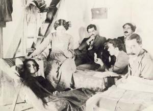 1912 στο Κράσι της Κρήτης. Διακρίνονται από αριστερά Γαλάτεια  Καζαντζάκη, Έλλη Αλεξίου, Μάρκος Αυγέρης, Κώστας Βάρναλης, Νίκος Καζαντζάκης και Χαρίλαος Στεφανίδης.