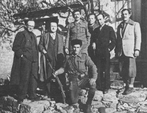 Ο Παντελής Ραπτάρχης (δεύτερος από δεξιά) στη Βίνιανη Ευρυτανίας, μαζί με τον Ηλία Τσιριμώκο, Γραμματέα Δικαιοσύνης, στελέχη της ΕΛΔ και αντάρτες της Ρούμλης
